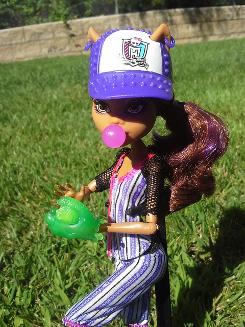 Got Ghoul Sports Clawdeen & Toralei today...decided to take some pics outside with the new girls!