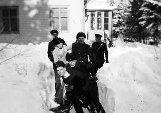Lumitöitä ja lumileikkejä Lauttasaaren merivartioasemalla 1930-luvulla