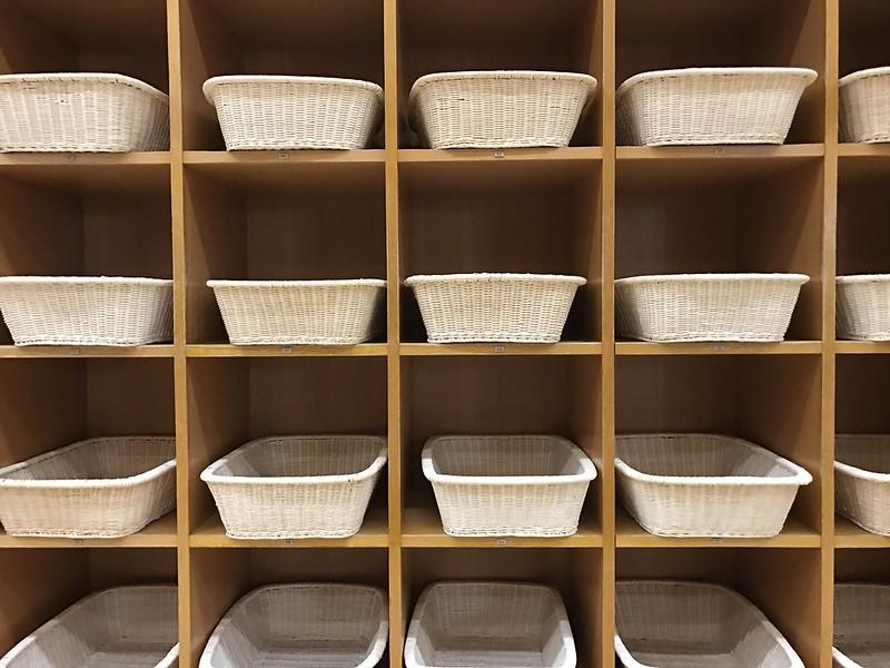 Estanterías con cestas en Katayamazu Onsen