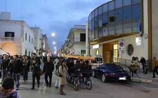 Tandem tra la folla nella serata di Pasquetta con Porche sulle strisce della PM polignano