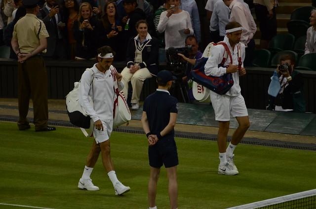 Federer and Muller back on court after rain break