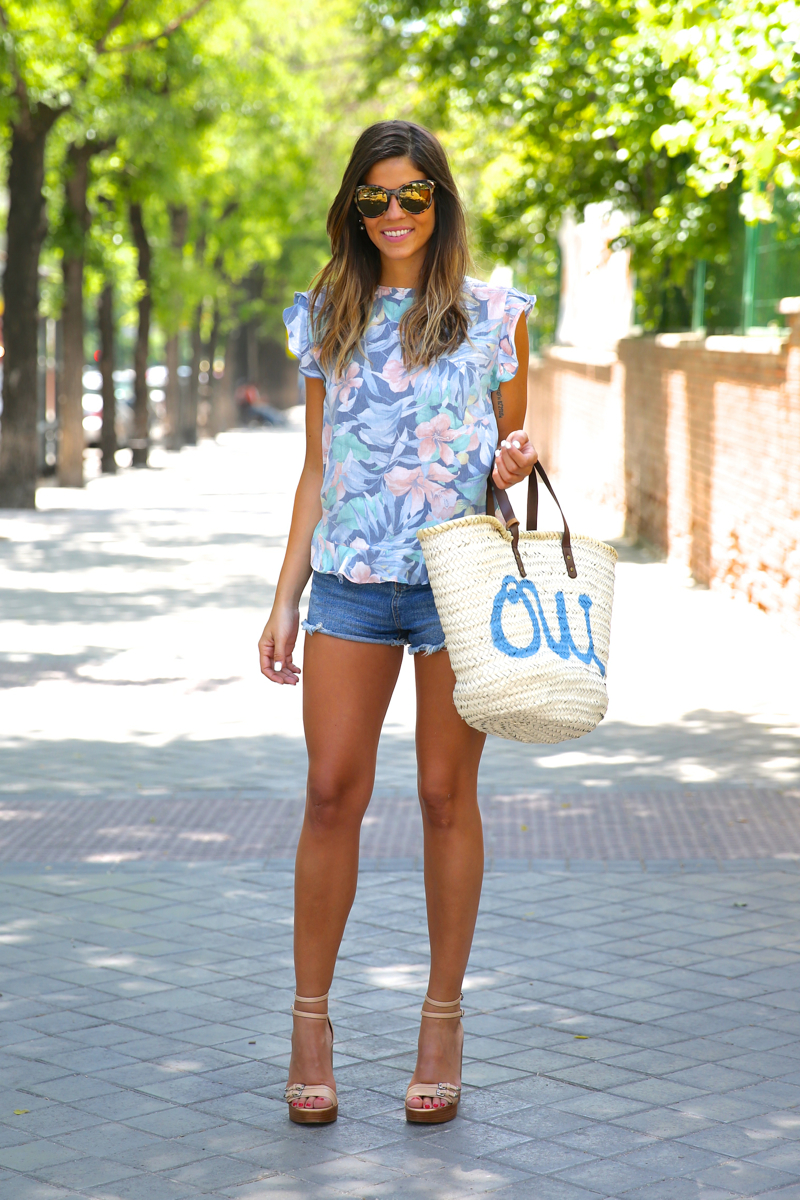 trendy_taste-look-outfit-street_style-oot-blog-blogger-fashion_spain-moda_españa-flower_print-estampado_flores-capazo-verano-summer-beach-playa-zara-denim_shorts-shorts_vaqueros-hype-11