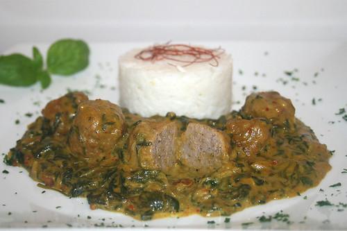 45 - Spinat-Kokos-Curry mit Bratwurstbällchen - Seitenansicht / Spinach coconut curry with meatballs - Side view