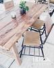 houten eettafel met beklede stoel