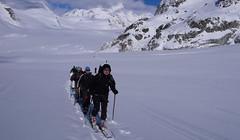Nasza grupa podchodzi lodowcem Galmigletscher.
