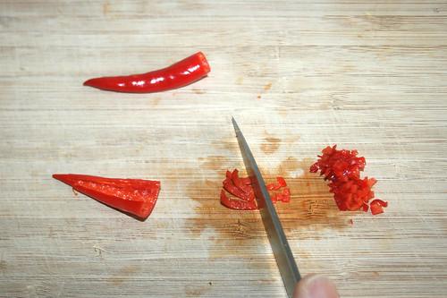 15 - Chilis zerkleinern / Mince chilis