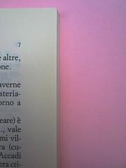Roland Barthes, Variazioni sulla scrittura. Einaudi 1999. [Responsabilità grafica non indicata]. Indicazione del numero della pagina, in alto allineato col margine esterno del testo: pag. 7 (part.), 1