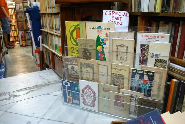 > Librairie en face du Palau de la musica à Barcelone pendant la Sant Jordi, la fête des fleurs et des livres.