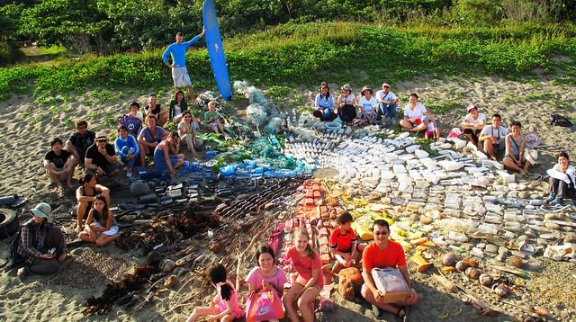 淨灘志工與彩色太陽的合照,圖片提供:荒野保護協會。