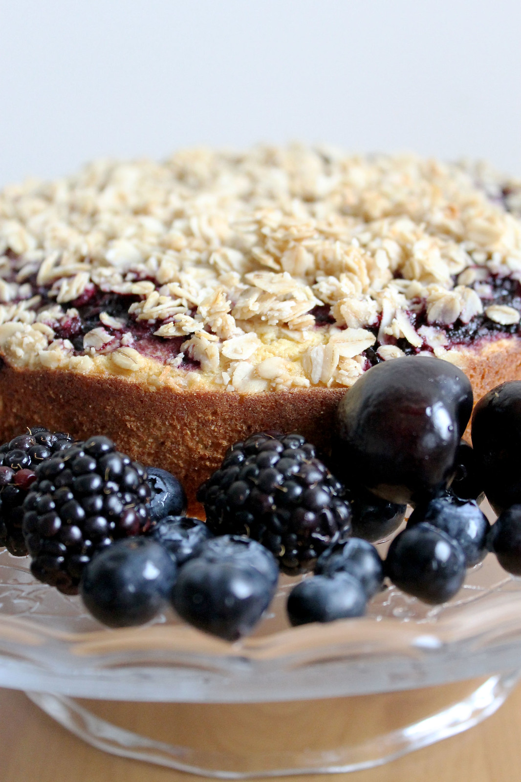summer berry crumble cake