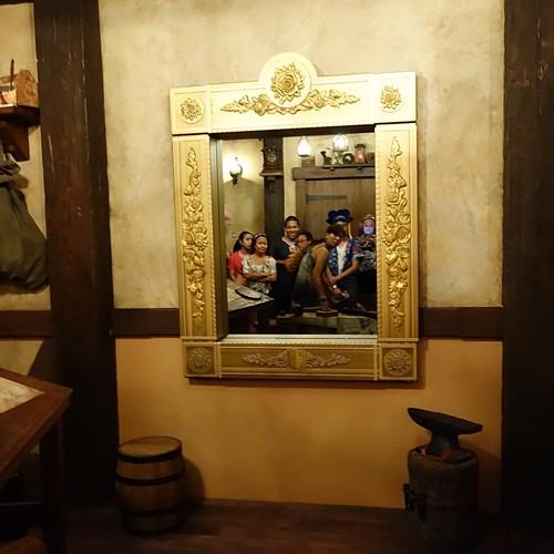 この鏡のトリックはディズニーパークスで一番すごいんじゃないだろうか。魔法みたい。