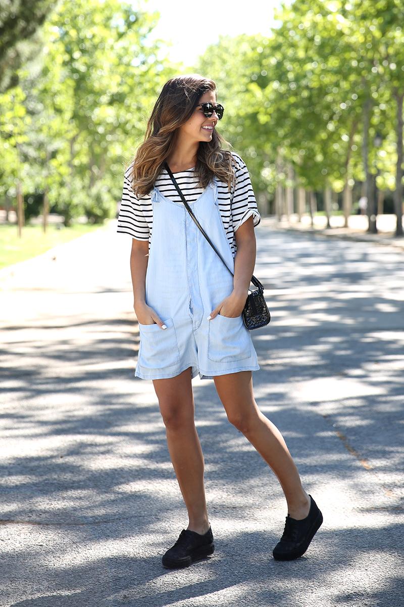 trendy_taste-look-outfit-street_style-ootd-blog-blogger-fashion_spain-vaquero_claro-peto_vaquero-tirantes-striped_tee-camiseta_rayas-marinero-dior_sunnies-gaimo-11