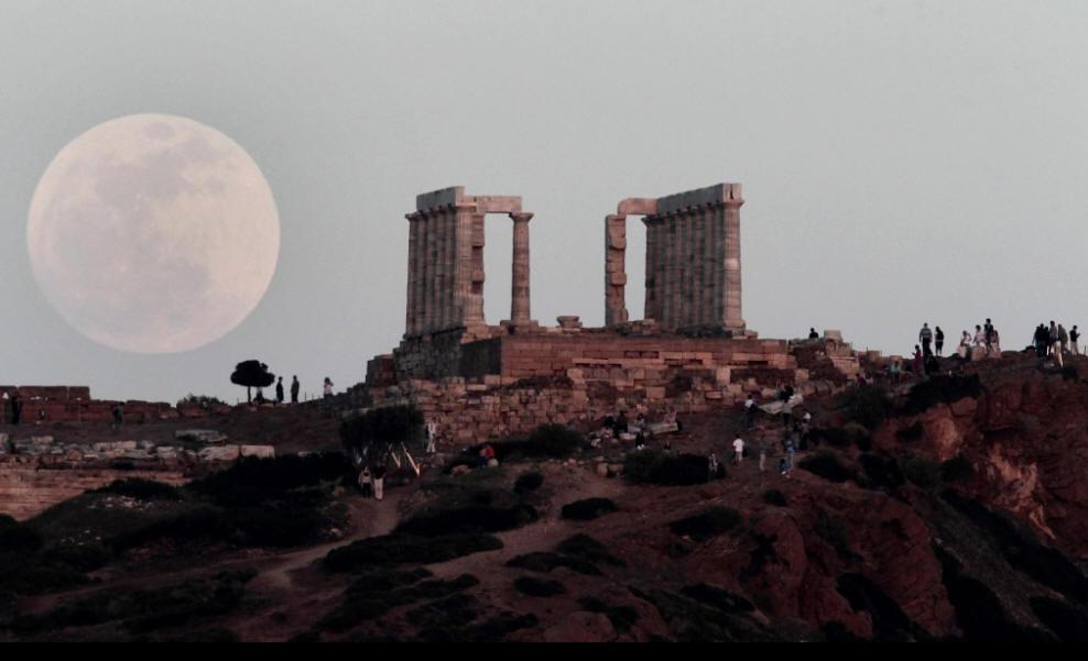 La luna llena se eleva detrás del Templo de Poseidón en el Cabo Sounion, al sureste de Atenas. Dimitri Messinis / AP