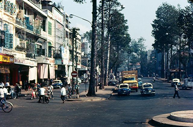 1967 Ngã tư Đồng Khánh-Tổng Đốc Phương (người chụp quay lưng về phía Bưu Điện Cholon). Rạp Đại Quang nằm trong dãy nhà bên trái.