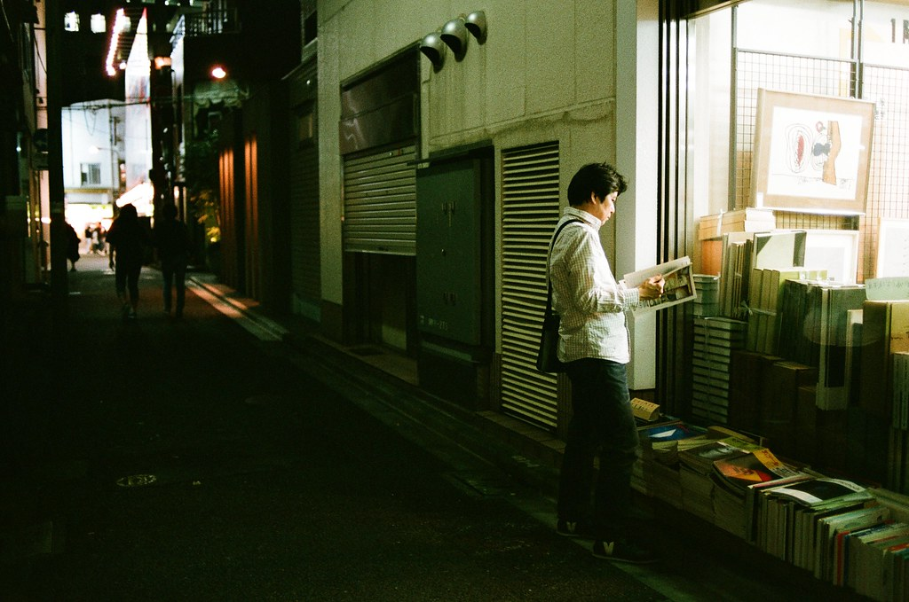 神保町 Tokyo, Japan / AGFA VISTAPlus / Nikon FM2 像這樣的巷口,找到感興趣的書籍,就站在路邊翻起來。  那時候有幾本攝影集,但是只敢翻閱快速看,不敢下手帶走!  Nikon FM2 Nikon AI AF Nikkor 35mm F/2D AGFA VISTAPlus ISO400 1000-0037 2015-10-03 Photo by Toomore