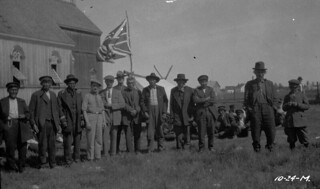Men attending a Treaty provisions event, Fort Resolution, Northwest Territories / Hommes participant à un événement pour la remise de paiements de traité, Fort Resolution (Territoires du Nord-Ouest)