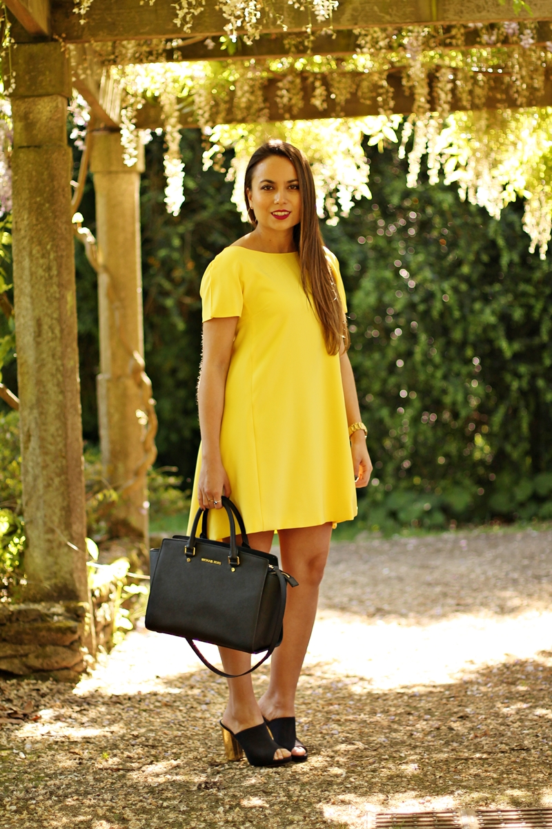 vestido amarillo, bolso michael kors