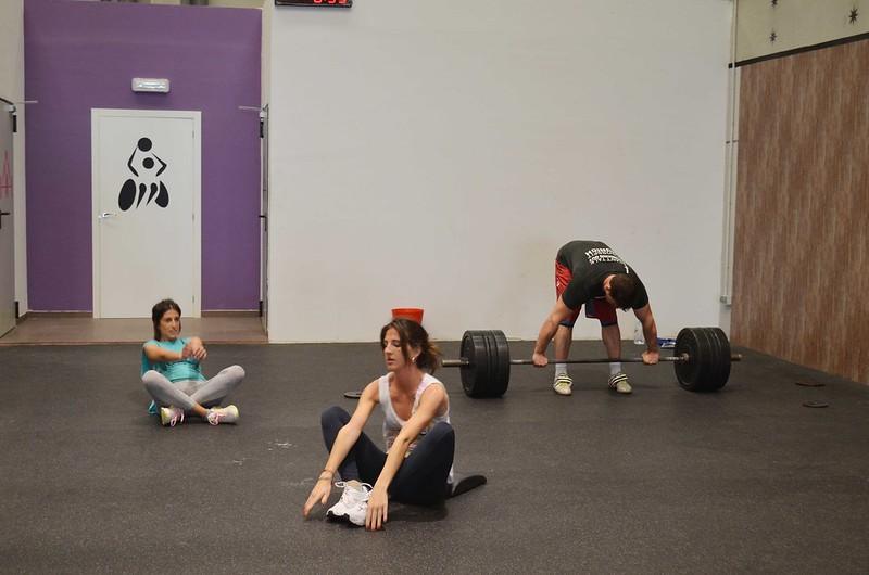 foto de Eli y Jessi haciendo abdominales en la sesión de prueba en CrossFit Northwest Paterna