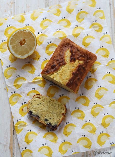 bizcocho de limón, arándanos y semillas de amapola
