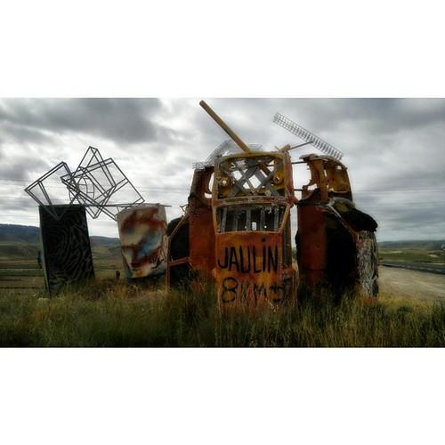 Junk art que se cree señal de tráfico #junkart #trashart #foundart #landscape #igerszgz #igerspain