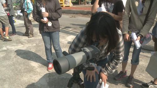 學生透過望遠鏡觀察環境生態