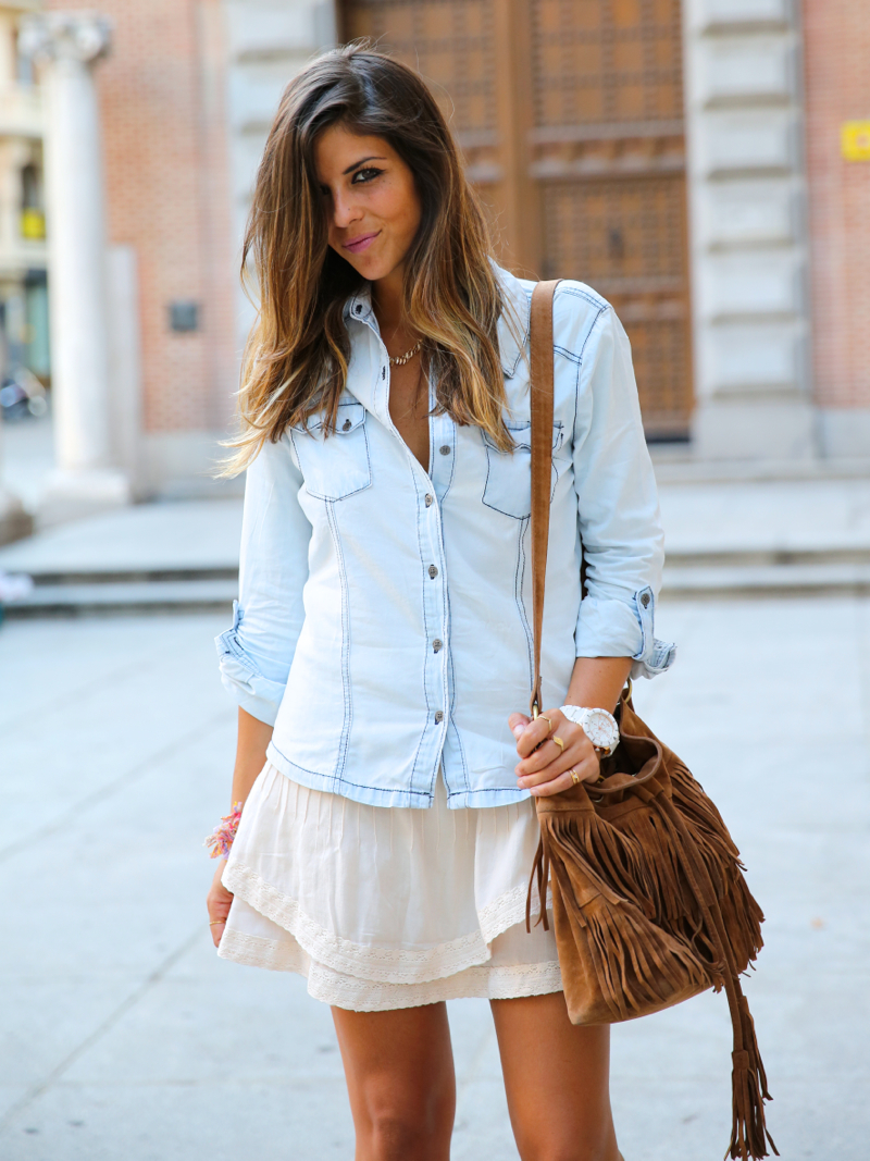 trendy_taste-look-outfit-street_style-denim-blog-blogger-fashion_spain-moda_españa-botines_camperos-it_shoes-cowboy_booties-skirt-falda-bolso_flecos-fringes_bag-camisa_vaquera-denim_shirt-6