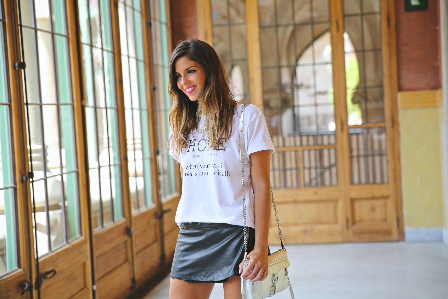 trendy_taste-look-outfit-street_style-ootd-080_barcelona-fashion_spain-moda_españa-blog-blogger-seat_mii-basic_tee-camiseta_basica-animal_print-sandalias_cordones-falda_cuero-leather_skirt-7