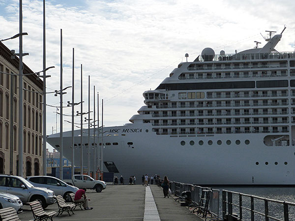 le bateau sort du port