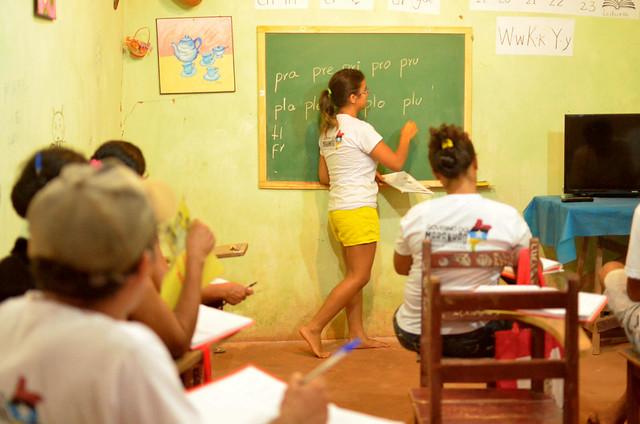Educadora contribui na alfabetização no Povoado de Três Lagoas, no município de São Raimundo (MA). - Créditos: Juliana Adriano