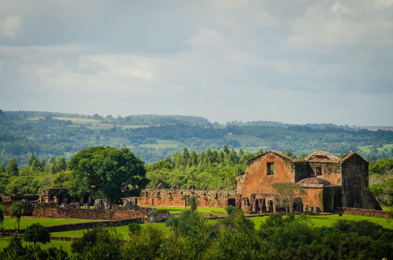 """Una particular vista de las ruinas de la Misión Jesuítica de Santísima Trinidad del Paraná, desde una distancia de 800 metros, vista que es posible gracias a la instalación de un mirador en el Parque Ecológico """"Ita Cajón"""" de la misma localidad. (Elton Núñez)."""