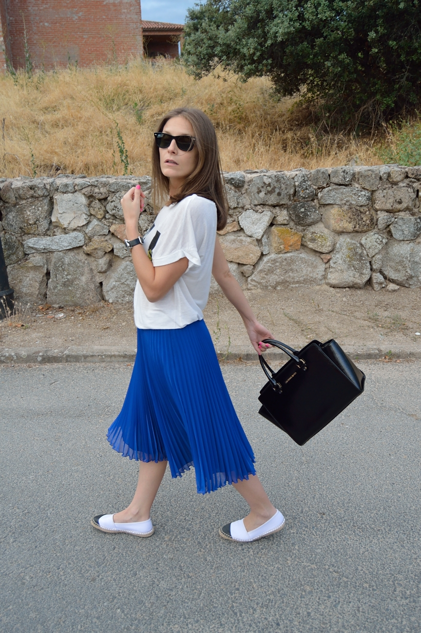 lara-vazquez-madlula-fashion-trends-look-blue-klein-midi-skirt