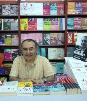 Tarhan Beyazıt kitap fuarında kitaplarını imzaladı