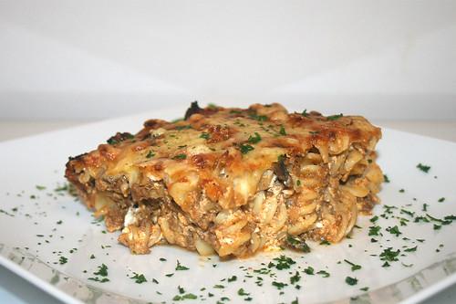 56 - Pikanter Nudelauflauf mit Hackfleisch & Feta - Seitenansicht / Zesty noodle casserole with ground meat & feta - Side view