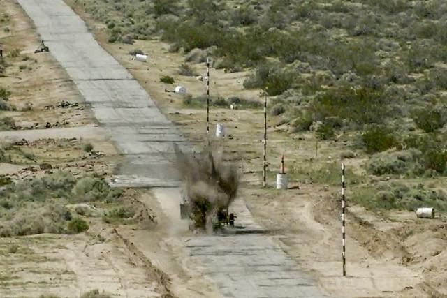 Η αδρανής βόμβα GBU-12 χτυπάει τον τηλεχειριζόμενο στόχο.