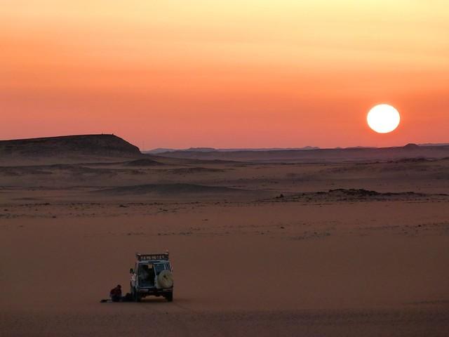Primer atardecer en el desierto durante la Expedición Kamal (Egipto)