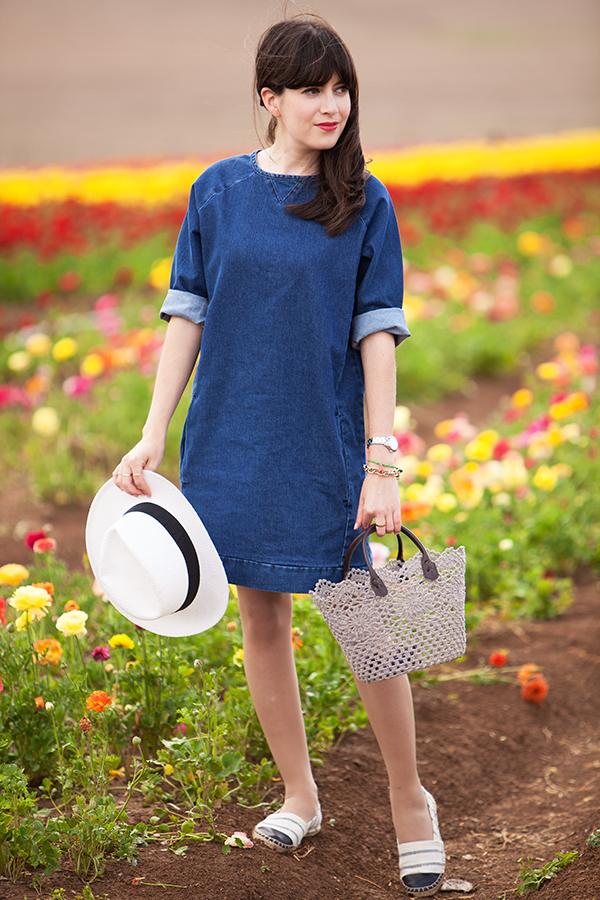 אפונה בלוג אופנה, שמלת ג'ינס, אאוטפיט, כובע, אספדריל, סל, פרחים, נוריות, קטיף נוריות, fashionpea, denim dress, espadrilles, hat, basket bag