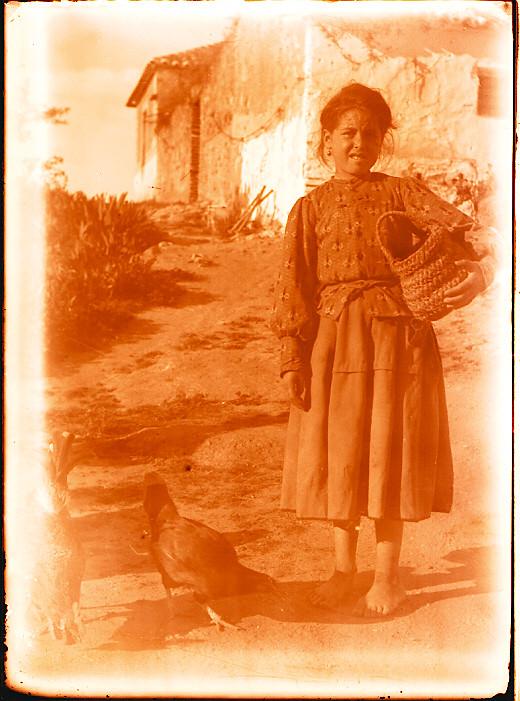 Niña en una venta hacia 1910. Fotografía de Pedro Román Martínez (c) JCCM, AHP, Fondo Rodríguez. Signatura R-150-3-15