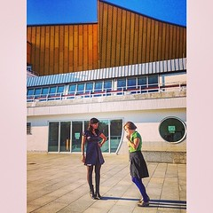 And I love her... blue tights :) Behind us @berlinerphill #Berlin #Philharmonic #leoyval #girls #mochilovers #fun