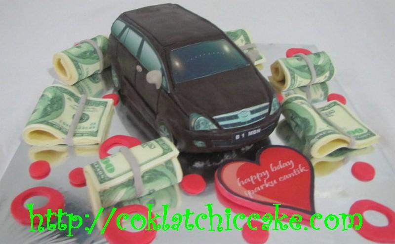 Kue ulang tahun Innova dan uang dolar