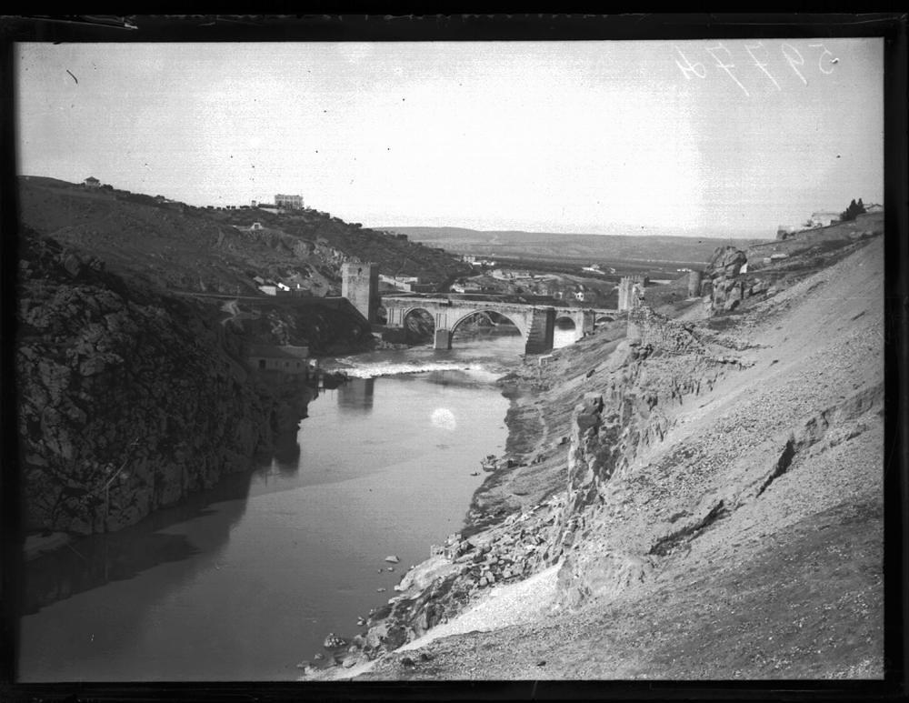 Roca Tarpeya y Tajo a comienzos del siglo XX. Fotografía de J. Lacoste © MECD, Fototeca del IPCE, signatura VN-11134_P