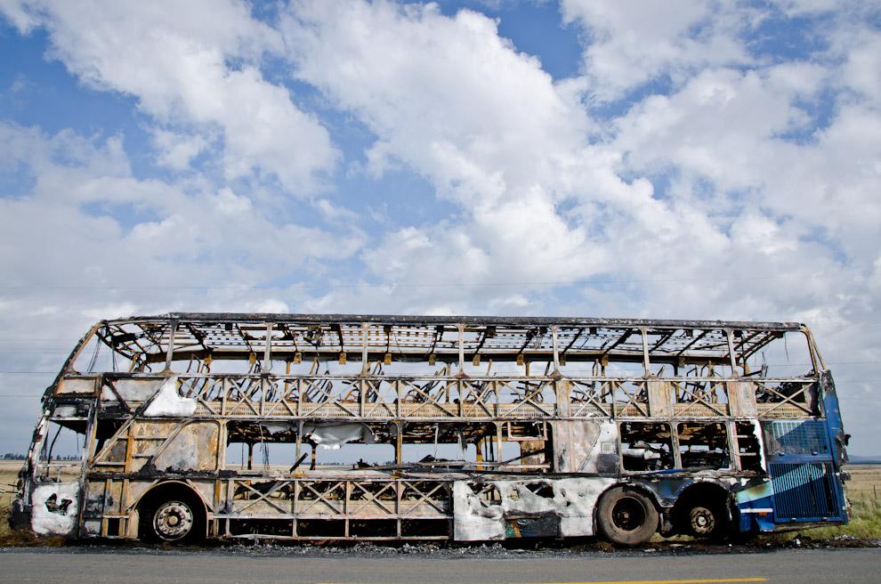 """En la ruta 1, hacia la ciudad de San Miguel, quedaron los restos de un incendio de transporte colectivo de la empresa """"Río Paraguay"""". En dicho siniestro no se produjeron víctimas, solo pérdidas materiales. (Elton Núñez)"""