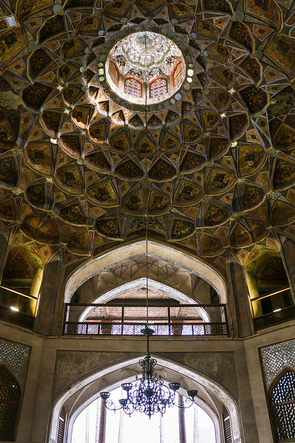 Light entering from the oculus of Hasht Behesht palace, Isfahan イスファハン、ハシュト・ベヘシュト宮殿の天窓から差す光