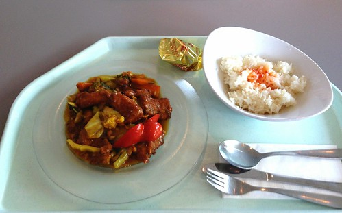 Gebackenes Seelachsfilet mit verschiedenem Gemüse in Mango-Thaicurry-Sauce