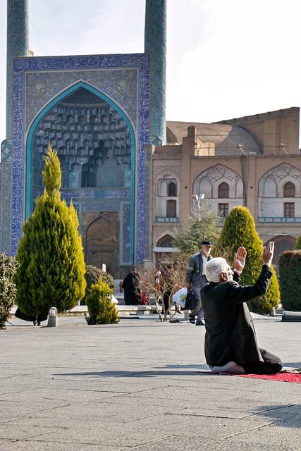 A prayer man in Imam square, Isfahan, Iran イスファハン、イマーム広場でお祈りをする男性