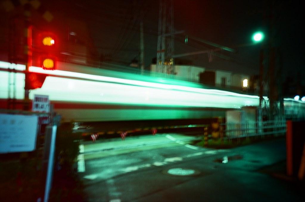 井尻 Fukuoka / Kodak Pro Ektar / Lomo LC-A+ 我喜歡這裡的環境,所以又跑來一次,兩年前生日來過,這次也刻意回來。  安安靜靜的住著,看著看不懂的電視,口渴就出門去便利商店走走,一切就像接續上一次未完的生活一樣。  喜歡這樣把自己隔離起來,我可以安靜的不要想太多,甚至忘記。  Lomo LC-A+ Kodak Pro Ektar 100 4894-0033 2016-09-29 Photo by Toomore