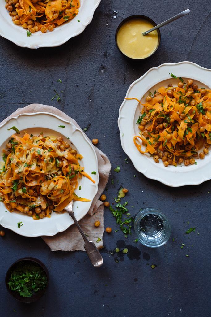 Salada de cenoura e grão de bico com molho tahini