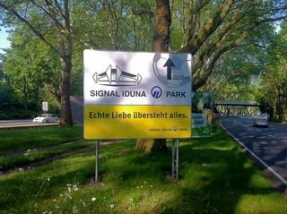 """""""Echte Liebe übersteht alles."""" (Schild an der B1 in Dortmund - Werbung von BVB-Sponsor Signal Iduna)"""