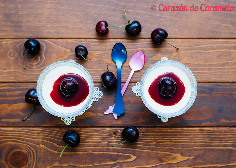 Panna cotta con coulis de cerezas for Corazon de caramelo