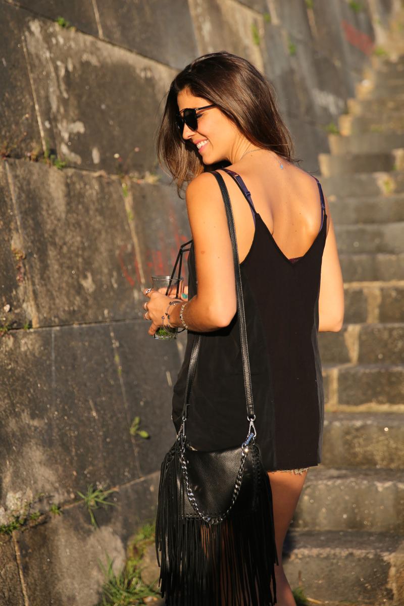 trendy_taste-look-outfit-street_style-ootd-blog-blogger-fashion_spain-moda_españa-salsa_jeans-dior_gafas-bolso_flecos-fringes_bag-khaki_shorts-shorts_caqui-grey_tee-camiseta_gris-verano-porto-portugal-24