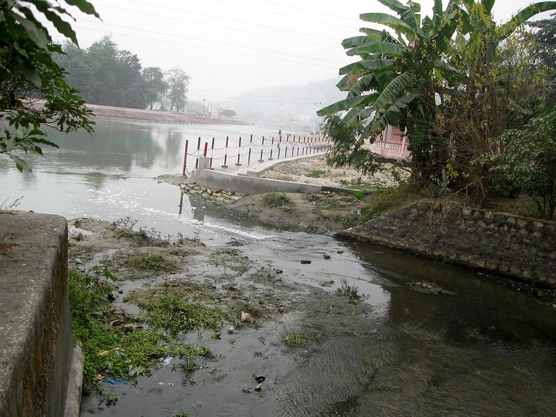 गंगाजल को प्रदूषित करता नाला
